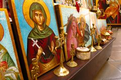 Religiösa symboler och målningar som är till salu i marknad Arkivbild