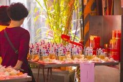 Religiösa troar för traditionell kines, offerings, humanoidkort arkivbilder