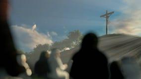 Religi?sa troenden som ber p? det Jesus korset p? gryning lager videofilmer