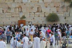 Religiöse Juden in den weißen Gebetsschalen Lizenzfreie Stockbilder