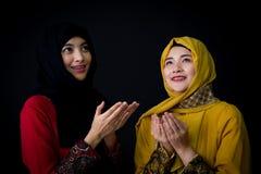 religiöse junge Moslems zwei betende Frauen Lizenzfreie Stockfotos