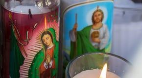 Religiöse Kerzen von Basilikade Guadalupe Lizenzfreie Stockfotos
