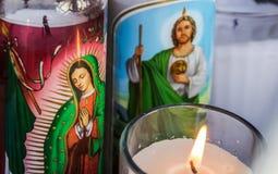 Religiöse Kerzen von Basilikade Guadalupe Stockbild