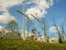 Religiöse Kreuze auf einem Hügel stockbild