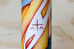Religiöse Wachskerze mit Symbolen Lizenzfreie Stockfotos