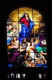 Religiöses Bild auf Buntglas in der Kirche Stockfotos