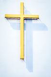 Religiöses gelbes Kreuz mit Schatten Stockfoto