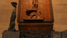 Religiöses Skulptur-Detail in St. Vitus Cathedral in Prag, Tschechische Republik (Czechia) stock footage