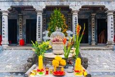 Religiöst altare av den thailändska templet VI nära Trang ett landskapkomplex i sommar i Tam Coc, Ninh Binh, Vietnam royaltyfria bilder
