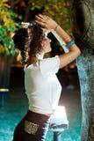 Religiöst be för flicka som är utomhus- på nighttimen Arkivbild