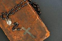 Religiöst begrepp: kors och bibel royaltyfria bilder