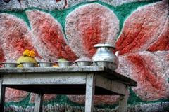 Religiöst erbjuda på den buddistiska templet Arkivfoton