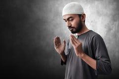 Religi?st asiatiskt be f?r muslimman arkivbild