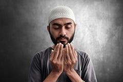 Religi?st asiatiskt be f?r muslimman arkivfoton
