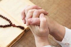 Religia Ręki modlitwa z biblią na tle zdjęcia royalty free