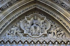 Religijna dekoracja przy wejściem kościół w Londyn obrazy stock
