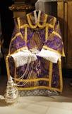 Religijna odzież, dalmatyka, kadzielnica, Katolicka liturgia, Wielkanocny tydzień Zdjęcia Royalty Free