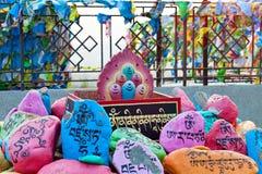 Religijni modlitwa kamienie z modlitwami w Datsan Rinpoche Bagsha na Łysej górze w Ulan-Ude, Buryatia, Rosja zdjęcia stock