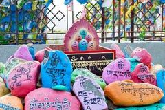 Religijni modlitwa kamienie z modlitwami w Datsan Rinpoche Bagsha na Łysej górze w Ulan-Ude, Buryatia, Rosja obrazy royalty free