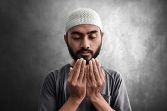 Religijny azjatykci muzu?ma?ski m??czyzna modlenie zdjęcia stock