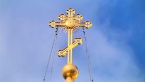 Religijny krzyż z loopable nieba tłem zbiory