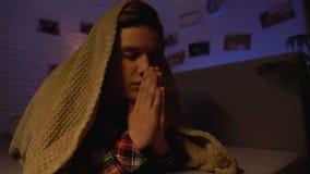 Religijny nastolatka modlenie zakrywający z koc, wiara w bogu, sekciarstwo zbiory