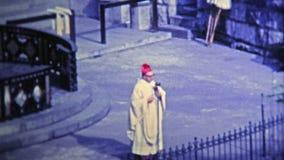1969 : Religion de pratique de culte d'église extérieure le matin frais clips vidéos