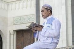 religion för bokbegreppskors Asiatiskt be för muslimman arkivfoton