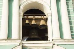 Religion Klockorna i klockatornet av en ortodox kyrka Arkivbild