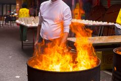 Religion, sacrifice, brûlant, monnaie fiduciaire photos stock