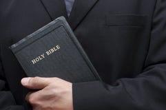 Religione cristiana del libro della bibbia santa della holding buona Fotografia Stock Libera da Diritti