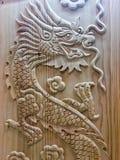 Religionen för symboler för tecknet drakedriver den träsnida för det wood kinesiska året nya ledaren royaltyfria foton