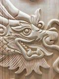 Religionen för symboler för tecknet drakedriver den träsnida för det wood kinesiska året nya ledaren Arkivbild