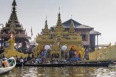 Religionsgebäude auf dem Boot Stockfotos