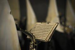 Religionsschritte des Spielens von Musik an der Nachtrückseite Lizenzfreies Stockbild