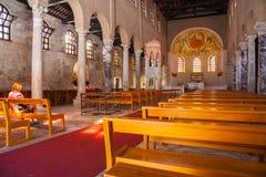 Religioso practicante, basílica de Sant'Eufemia Grado Fotos de archivo libres de regalías