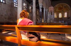 Religioso practicante, basílica de Sant'Eufemia Grado Imagen de archivo