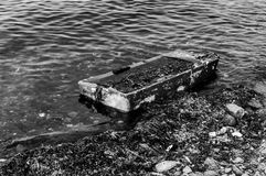 Relik av den A sjönk roddbåten under havet arkivfoto