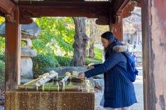 Relikskrin för heligt vatten med turister som kammar hem vatten royaltyfri bild