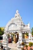 Relikskrin för Nan stadspelare i Wat Ming Meuang och blå himmel Royaltyfri Fotografi