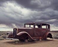 Relique de voiture de cru de Route 66 près de l'entrée du nord Petrified Forest National Park en Arizona, Etats-Unis image stock