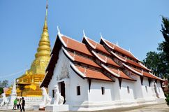 Reliquias de Buda en el chedi de oro del templo de Wat Phra That Chae Haeng Fotos de archivo libres de regalías