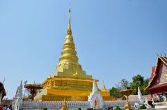 Reliquias de Buda en el chedi de oro del templo de Wat Phra That Chae Haeng Foto de archivo libre de regalías