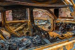 Relitto arrugginito e bruciato dell'automobile Fotografie Stock Libere da Diritti