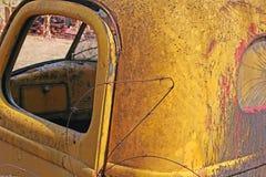 RELITTO DELL'AUTOMOBILE D'ANNATA ABBANDONATA CON FILO SPINATO Fotografia Stock