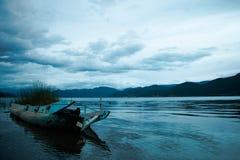 Relitto della barca sulla costa del lago Immagini Stock Libere da Diritti