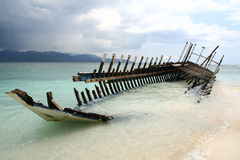 Relitto della barca sulla spiaggia Immagini Stock Libere da Diritti