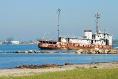 Relitto della nave sulla spiaggia Fotografie Stock