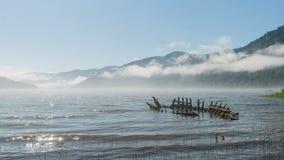 Relitto di vecchia nave di legno sul lago Teletsky in montagne. archivi video