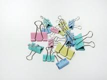 Reliure/agrafes de papier dans la diverse couleur au-dessus du fond blanc Image libre de droits